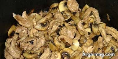 اضافه کردن قارچ به مخلوط گوشتی