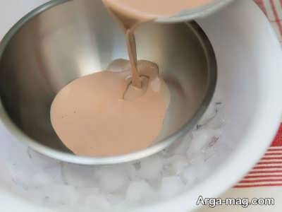 ریختن مایع بستنی درون ظرف فلزی