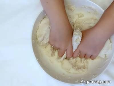 مخلوط کردن آرد و نمک