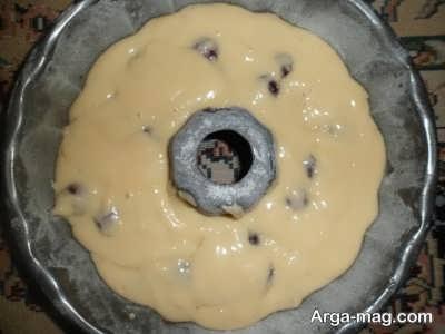 ریختن مایه کیک در قالب فر