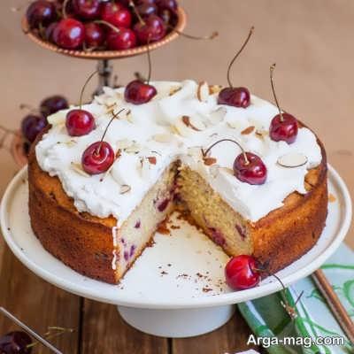تزیین زیبا و ساده کیک آلبالویی