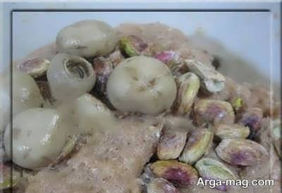 افزودن قارچ و پسته به مخلوط گوشتی