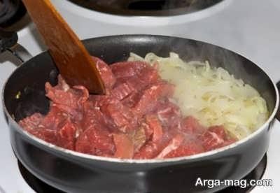 تفت دادن پیاز و گوشت