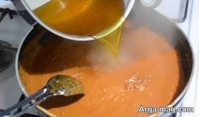 اضافه کردن شربت حلوا به حلوای آرد گندم