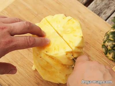 برش آناناس به دو نیمه