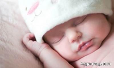 خواب نوزاد یک ماهه چقدر است؟ و چطور خواب نوزادمان را تنظیم کنیم؟