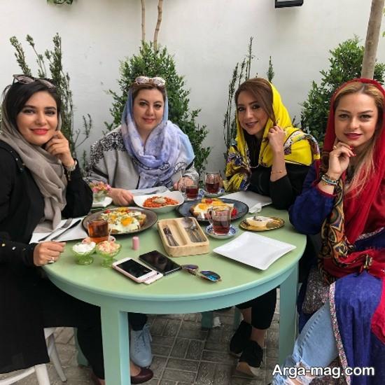 لیندا کیانی در کنار دوستانش