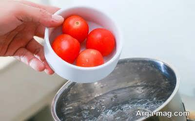 انداختن گوجه درون آب جوش