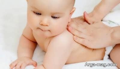 مالش پشت نوزاد برای رفع سکسکه