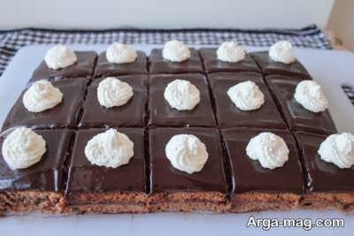 تزیین کیک شکلاتی با خامه شکلاتی و خامه ساده