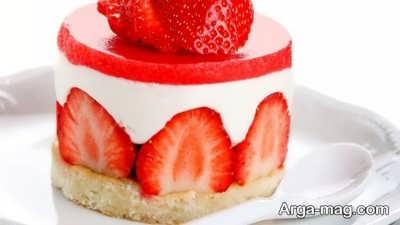 تزیین کیک با ژله توت فرنگی و برش های توت فرنگی