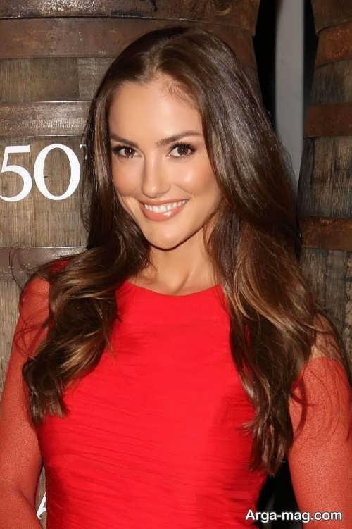مدل آرایش صورت زنانه با لباس قرمز مجلسی