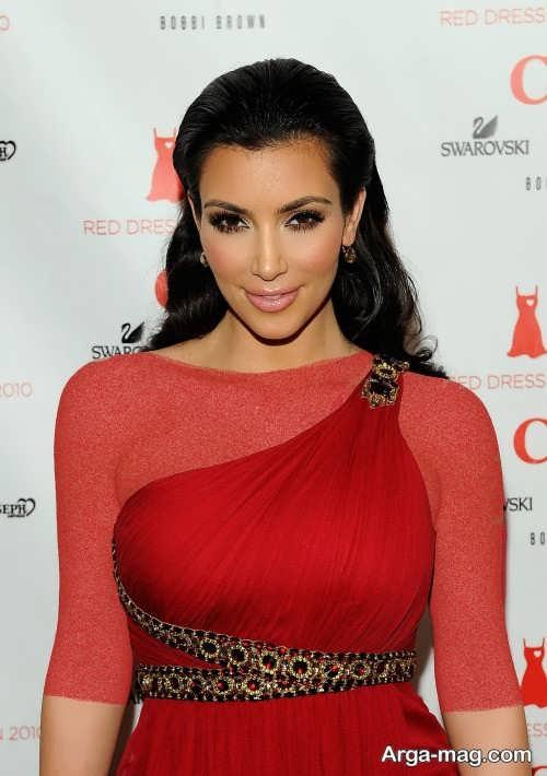 مدل میکاپ زیبا با لباس مجلسی قرمز