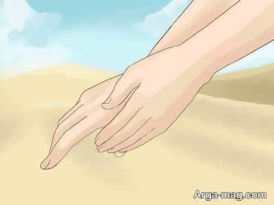 کشیدن کف دست چپ بر دست راست
