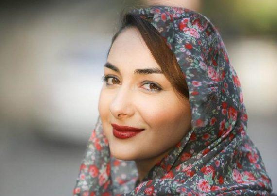 حضور هانیه توسلی در نمایشگاه نقاشی خواهرش