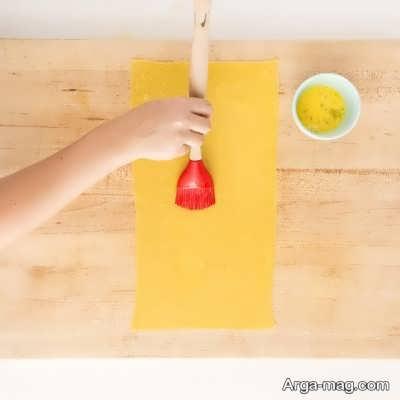 آغشته کردن خمیر به تخم مرغ