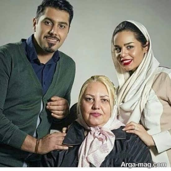 احسان خواجه امیری در کنار مادر و همسرش