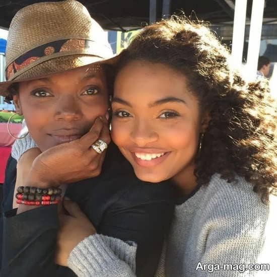 یارا شهیدی در کنار مادر دورگه آمریکایی آفریقایی اش
