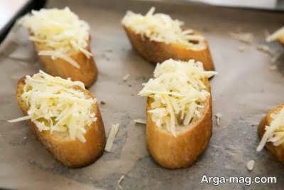 ریختن پنیر بر روی نان تست