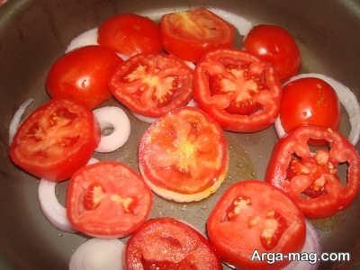 چیدن پیاز و گوجه در کف قابلمه