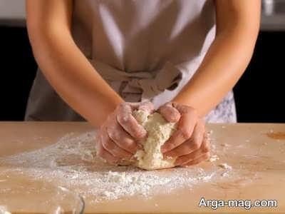 ورز دادن خمیر پیتزا
