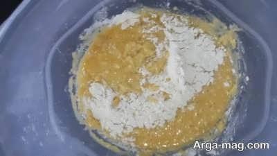 اضافه کردن آرد به مخلوط تخم مرغ