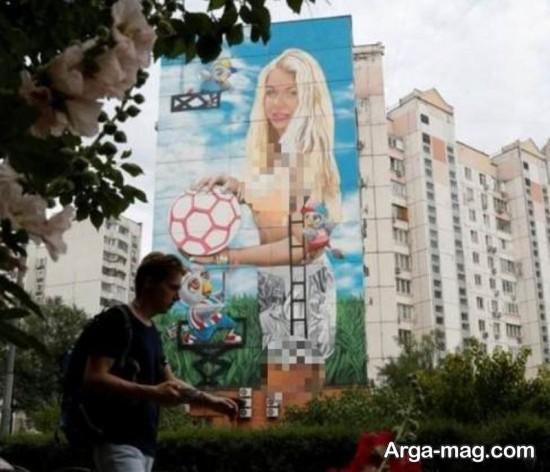 نقاشی تصویر یک زن بر روی یک برج در روسیه