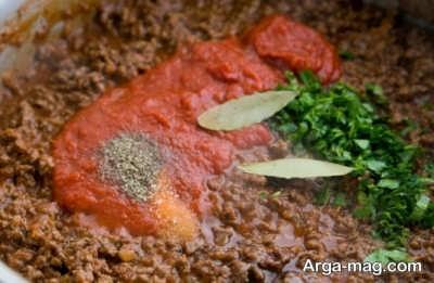 اضافه کردن رب به مخلوط گوشتی