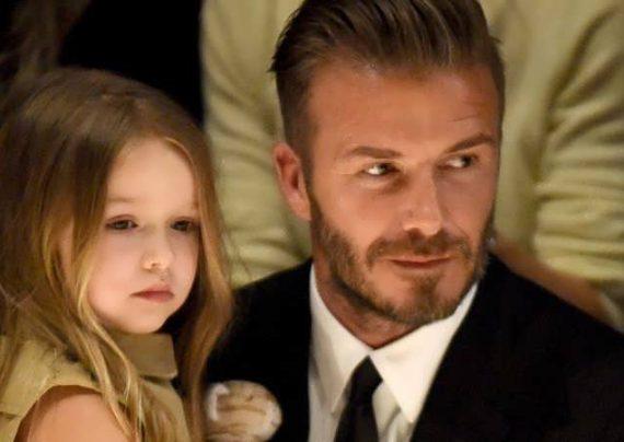 بکهام در حال کوتاه کردن موی دخترش