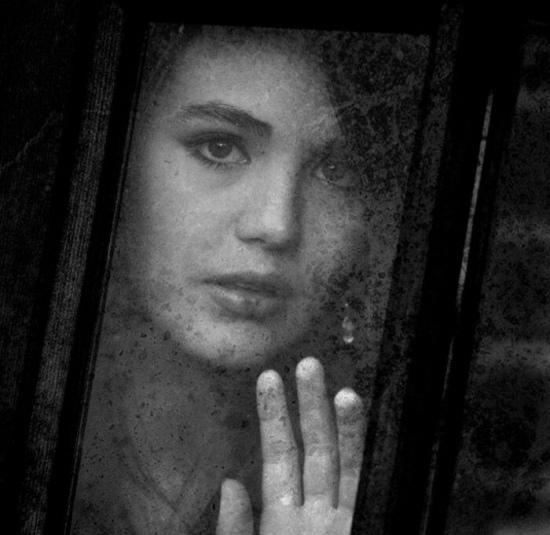 عکس دختر پشت پنجره