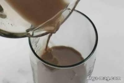 ریختن شیک شکلات درون لیوان شیشه ای