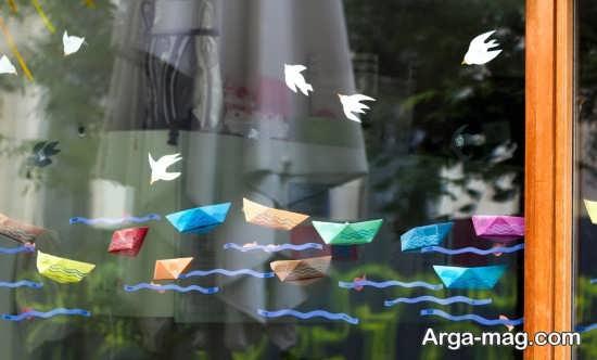 تزیین پشت پنجره با قایق های کاغذی رنگی