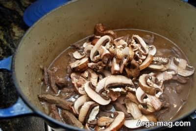 اضافه کردن قارچ به برش های گوشت