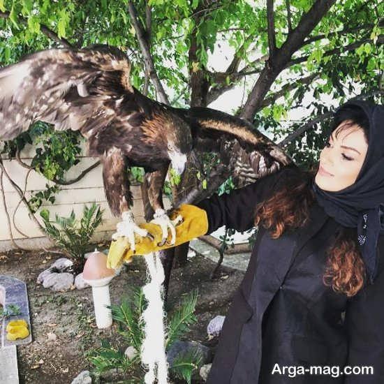 سارا خوئینی ها با یک عقاب بزرگ در آغوش