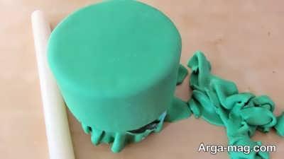 پوشاندن روی کیک با خمیر فوندانت سبز