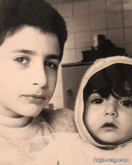 نوزادی باران کوثری در کنار برادرش