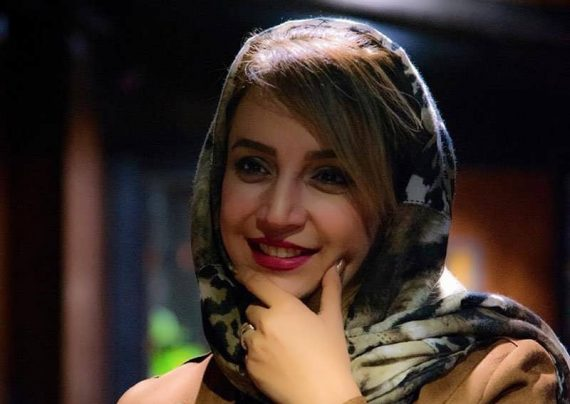 شبنم قلی خانی با ژست لبخند