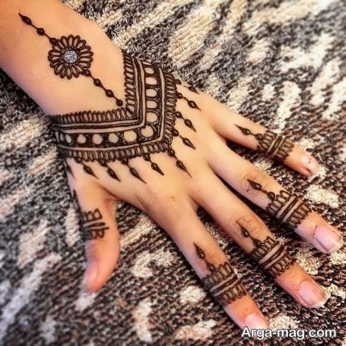 طراحی زیبا و جذاب حنا روی دست