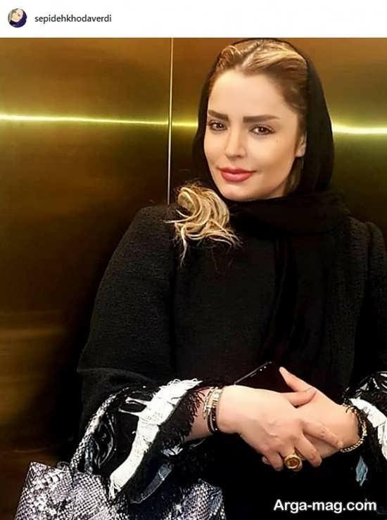 ژست لاکچری خانم بازیگر با موی بلوندش