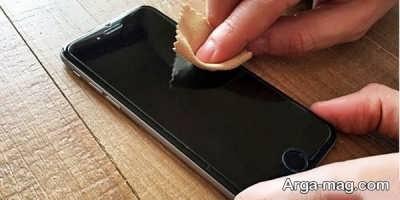 استفاده از دستمال های مخصوص برای پاک کردن صفحه گوشی