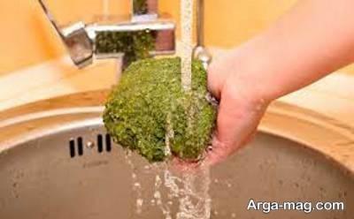 شستن کلم بروکلی قرار دادن در زیر آب