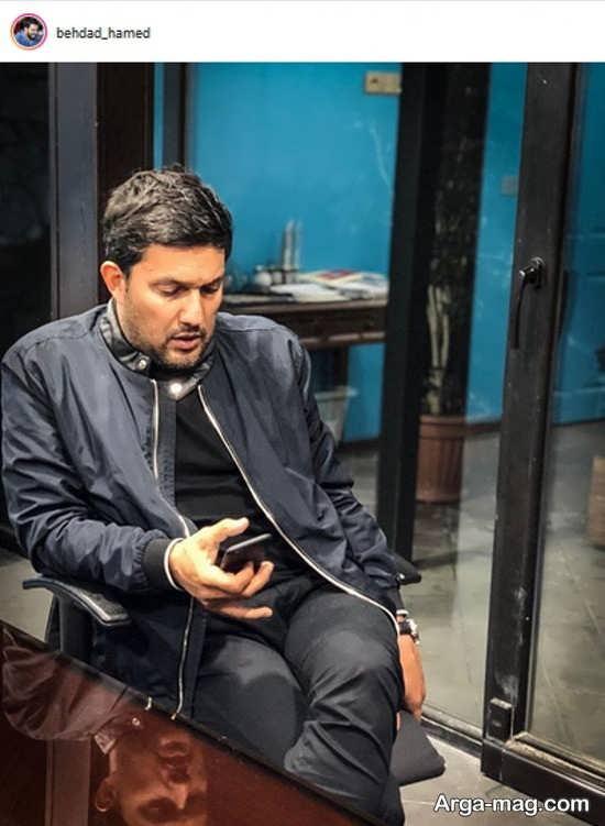 حامد بهداد در حال بازی با گوشی