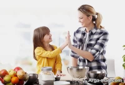 کمک کردن کودک در آشپزخانه