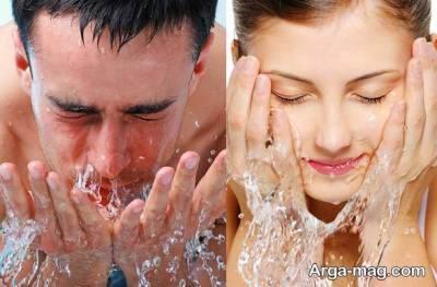 شستن صورت با آب سرد برای لز بین بردن پف زیر چشم