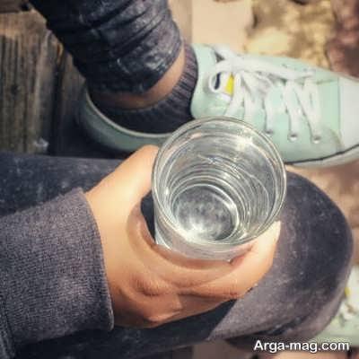 خوردن قرص ناپروکسن با یک لیوان آب