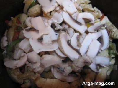 تفت دادن قارچ و سینه مرغ