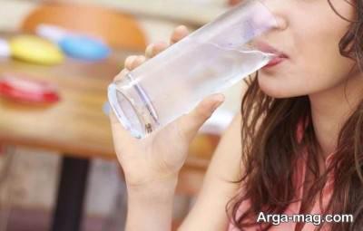 نوشیدن آب برای درمان طبیعی سردرد