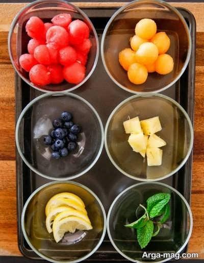 خرد کردن میوه برای تهیه دسر میوه ای