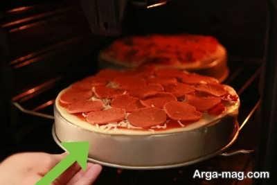 قرار دادن پیتزا درون فر