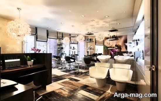 انواع نمونه های طراحی سالن زیبایی با نور و آینه کاری زیاد